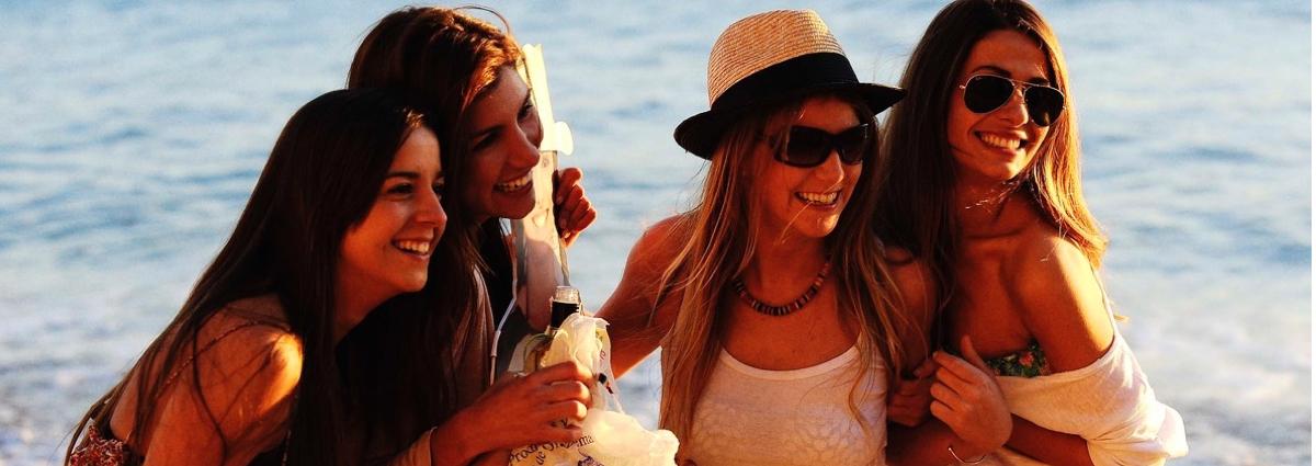 ¡kölbi te lleva a la playa con tres amigas!